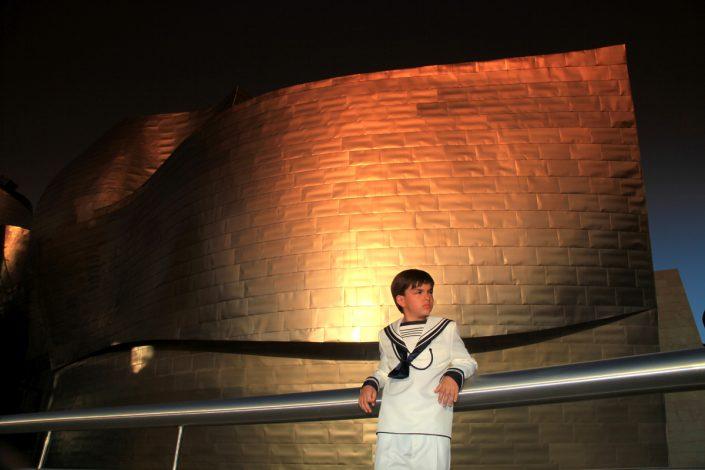 Fotografía de comunión en exteriores Bilbao (Museo Guggenheim)